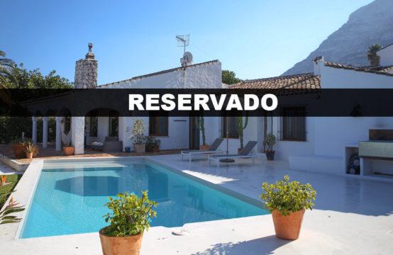 PRO2087<br>Reservado &#8211; Precioso chalet de estilo ibicenco / rústico con vistas al mar. TODO EN PLANTA.